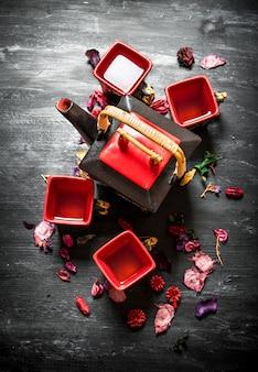 Tradycyjna chińska herbata z ziołami i imbirem