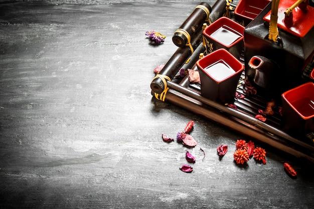 Tradycyjna chińska herbata z ziołami na czarnym tle drewnianych
