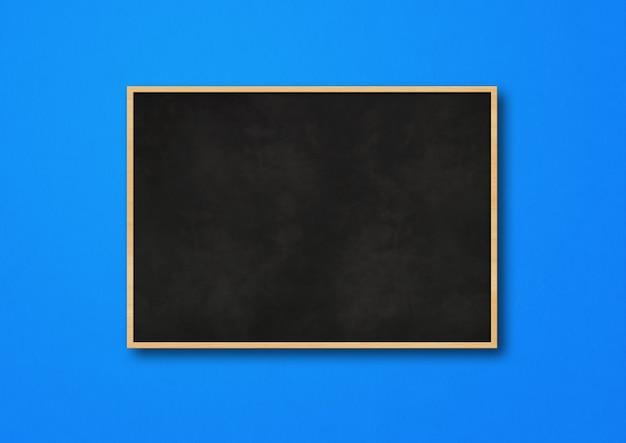 Tradycyjna czarna tablica na białym tle na niebieskim tle. pusty szablon makiety poziomej