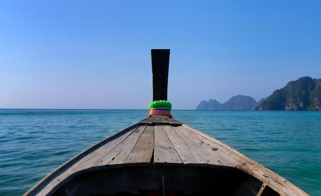 Tradycyjna drewniana łódź w obrazek doskonałej tropikalnej zatoce na koh phi phi wyspie, tajlandia, azja.