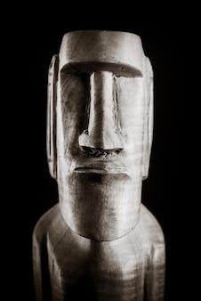 Tradycyjna drewniana rzeźba moai z wyspy wielkanocnej. czarny i biały.