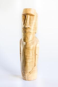 Tradycyjna drewniana rzeźba moai z wyspy wielkanocnej. na białym tle
