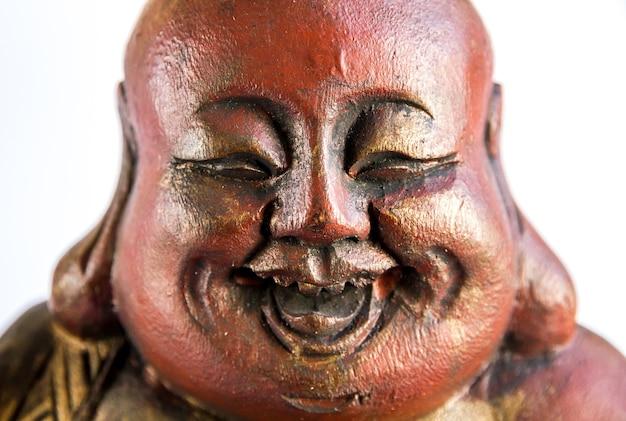 Tradycyjna drewniana statua chińskiego buddy na białym tle