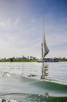 Tradycyjna egipska łódź na nilu