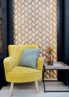 Tradycyjna ekologiczna spójna okładzina ściany z brązowego drewnianego modrzewia rybich łusek gont drewniany...