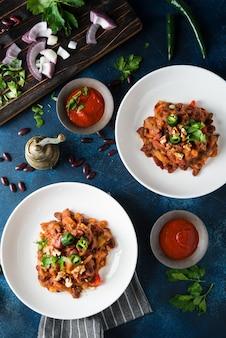 Tradycyjna fasola kaukaska duszona z papryką i pomidorami, lobio. widok z góry