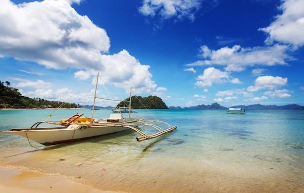 Tradycyjna filipińska łódź na morzu, wyspa palawan, filipiny