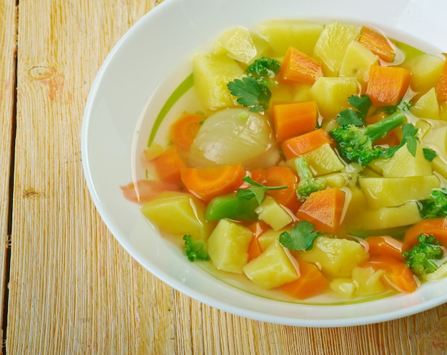 Tradycyjna fińska zupa jarzynowa - letnia zupa lohikeitto