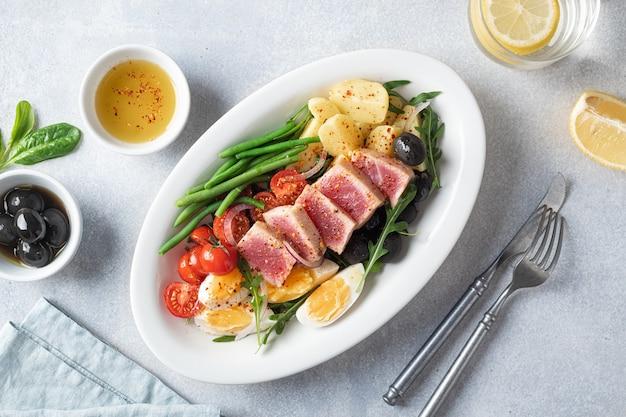 Tradycyjna francuska sałatka nicejska z tuńczykiem flat lay