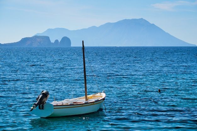 Tradycyjna grecka łódź rybacka na morzu egejskim w grecji