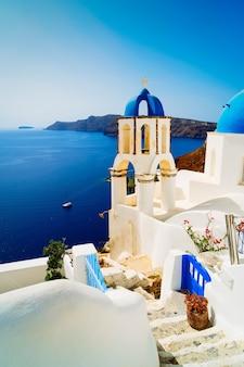 Tradycyjna grecka wioska oia na santorini, ze schodami i niebieską kopułą, grecja, stonowanych