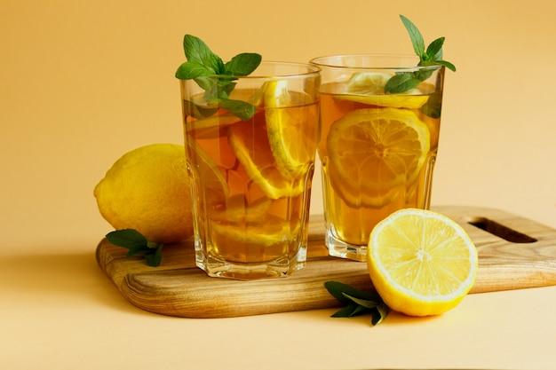Tradycyjna herbata mrożona z cytryną i miętą w wysokich szklankach