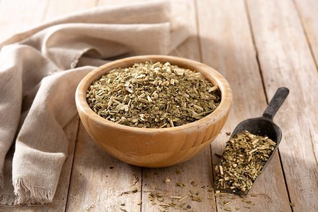 Tradycyjna herbata yerba mate na drewnianym stole