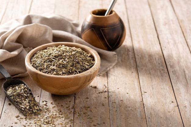 Tradycyjna herbata yerba mate w misce na drewnianym stole