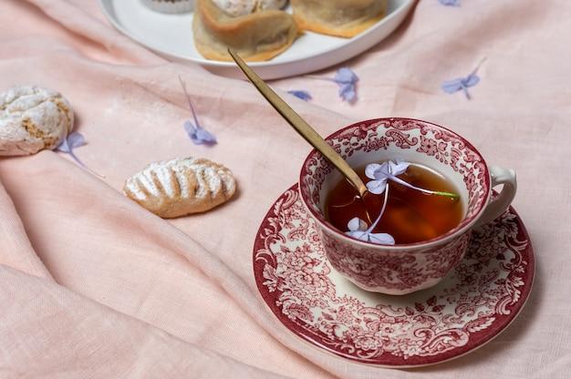 Tradycyjna herbata z miętą i różnymi arabskimi słodyczami
