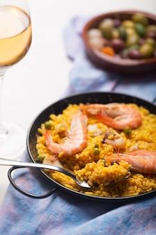 Tradycyjna hiszpańska paella z owocami morza. przygotowane w tradycyjnej patelni