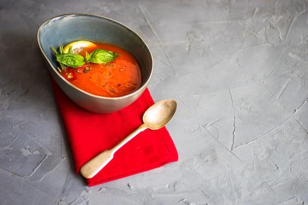 Tradycyjna hiszpańska zupa krem pomidorowy