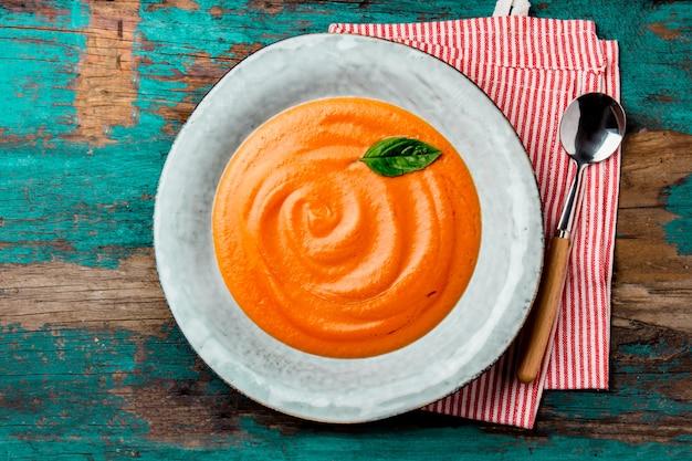 Tradycyjna hiszpańska zupa z pomidorów andaluzyjskich, almorejo.