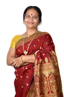 Tradycyjna indiańska kobieta na biel przestrzeni