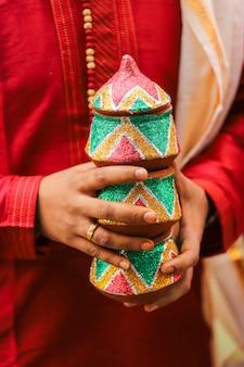 Tradycyjna indyjska ceremonia ślubna, ręka pana młodego