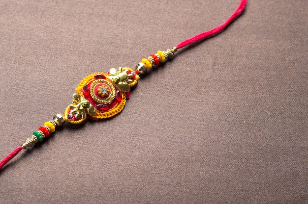 Tradycyjna indyjska dekoracja festiwalu na teksturowanym brązowym tle
