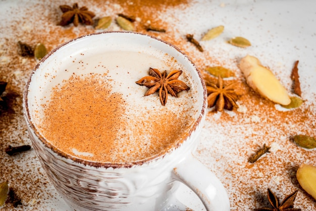 Tradycyjna indyjska herbata masala chai z przyprawami cynamon, kardamon, anyż, biały. copyspace