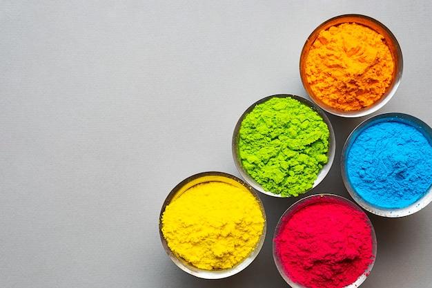 Tradycyjna indyjska kolorowa farba proszkowa holi w stalowych miskach happy holi festival