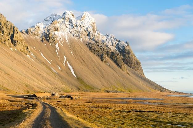 Tradycyjna islandzka wioska wikingów. drewniane domy w pobliżu gór