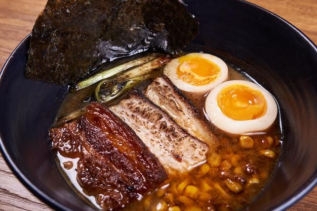Tradycyjna japońska zupa ramen, makaron, kurczak w plasterkach, jajka. ścieśniać.