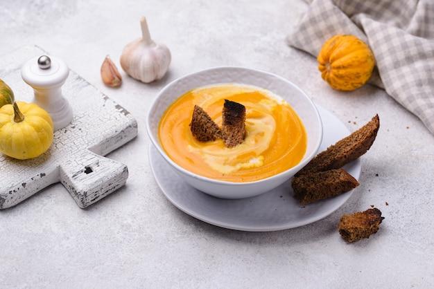 Tradycyjna jesienna zupa krem z dyni