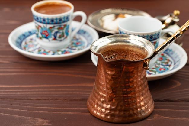 Tradycyjna kawa po turecku w orientalne naczynia z bliska zdjęcie
