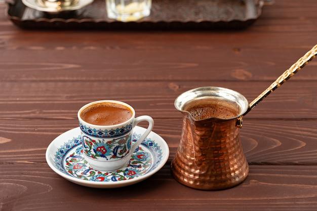 Tradycyjna kawa po turecku w orientalnym naczyniu z bliska