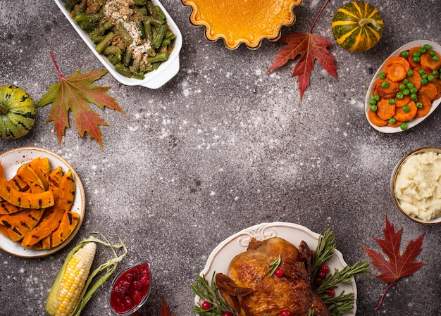 Tradycyjna kolacja w święto dziękczynienia. pieczony indyk, ciasto dyniowe, zapiekanka z zielonej fasolki i puree ziemniaczane
