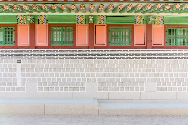 Tradycyjna koreańska architektura przy gyeongbokgung pałac w seul, południowy korea.