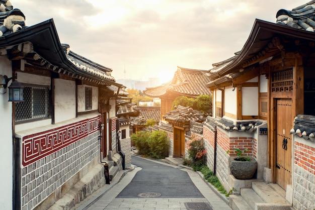 Tradycyjna koreańska styl architektura przy bukchon hanok wioską w seul, południowy korea.