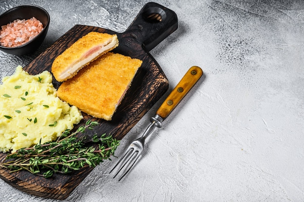 Tradycyjna kuchnia francuska kotlet mięsny z kurczaka cordon bleu smażony