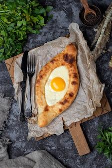 Tradycyjna kuchnia gruzińska. chaczapuri z serem suluguni i jajkiem