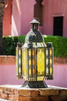 Tradycyjna lampa arabska stosowana do budynków ozdobnych