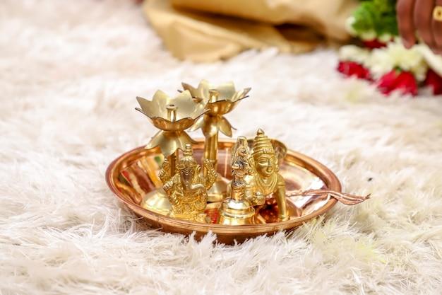 Tradycyjna lampa naftowa i rzeźba pana shri krishny w płycie