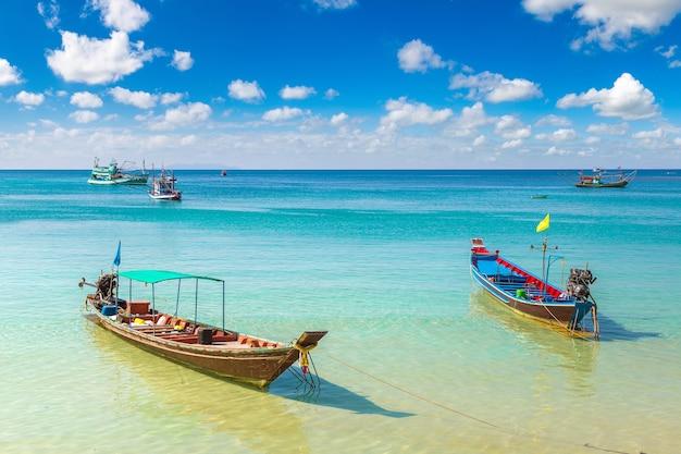 Tradycyjna łódź rybaka na wyspie koh phangan, tajlandia
