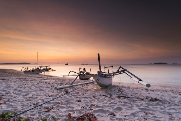 Tradycyjna łódź z indonezji