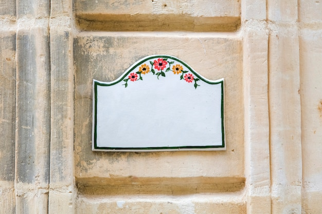 Tradycyjna maltańska tablica znak domu w gozo, malta