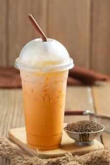 Tradycyjna mrożona herbata mleczna i czerwona herbata w proszku.