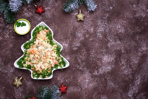 Tradycyjna noworoczna rosyjska sałatka olivier w kształcie drzewa