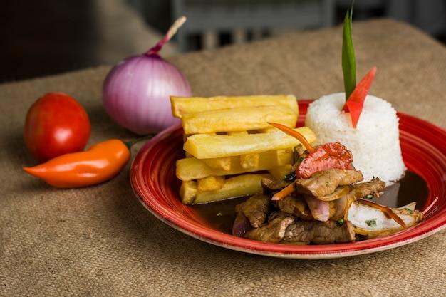 Tradycyjna peruwiańska criolla nazywa się lomo saltado z mięsem ryżowym i ziemniakami