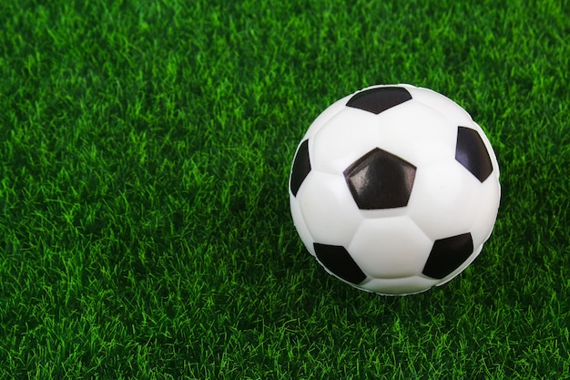 Tradycyjna piłka na boisko do piłki nożnej.