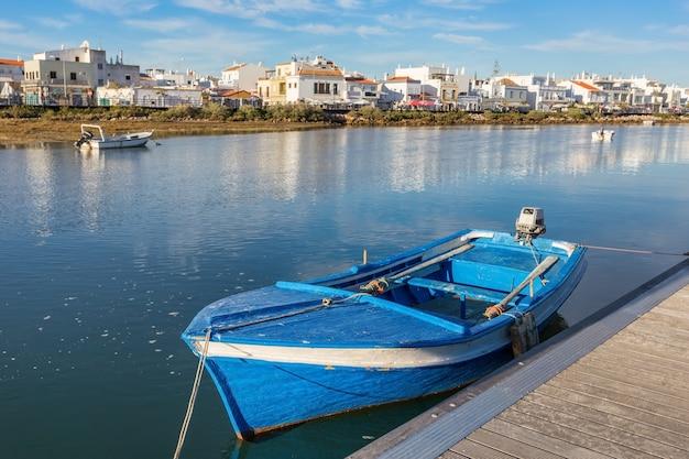 Tradycyjna portugalska łódź przy dokiem. zobacz cabanas de tavira.