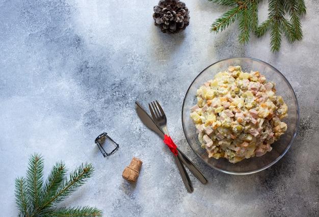 Tradycyjna rosyjska noworoczna i świąteczna sałatka z warzywami, mięsem i majonezem o nazwie olivier. rosyjska sałatka. widok z góry. jasne tło. copyspace
