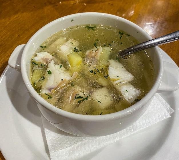 Tradycyjna rosyjska potrawa z ucha zupa rybna ukha z sandacza, z kawałkami ryby. ścieśniać