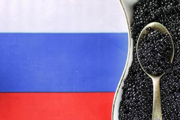 Tradycyjna rosyjska przekąska czarny kawior na drewnianym tle
